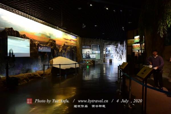 博物院分地上环廊展区和下沉式展区两部分,按地上环廊120米展线的顺序设计为前言、人类演化史、中国旧石器时代遗址、宁夏水洞沟文化遗址、结束语等5个单元。重点展示的是宁夏水洞沟文化遗址单元,此单元分水洞沟的地理概况、遗址的地质构造、水洞沟的古环境特征、水洞沟遗址的发现、遗址的分布图、水洞沟的五次发掘、水洞沟遗址的发掘成果、水洞沟遗址研究、水洞沟人生产、生活场景等九大部分。