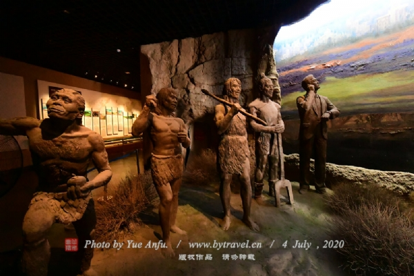"""为了引导和吸引更多的游客走进三万年,了解水洞沟,普及水洞沟文化。博物馆建设突出""""以人为本""""""""雅俗共赏""""的思想,集学术性、专业性、知识性、观赏性和体验性为一体,更突出了体验性。"""