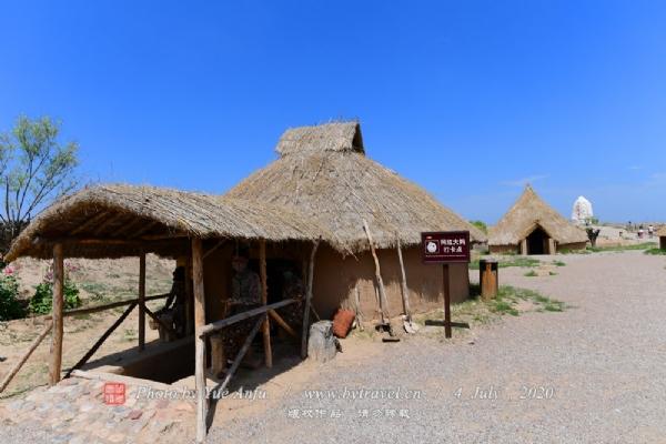 水洞沟村是一个古老的地穴式的聚落遗址区。在古老的水洞沟村里,保留着北方先民们创造的窑洞式、地穴式、半地穴式、浅地穴式的居室。这种从新石器时代流传下来的居室,往往建在黄土层较厚的山坡或沟岸上,具有冬暖夏凉的特点。