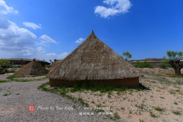 水洞沟村聚落共有29处地穴式建筑遗址,景区选择了其中一些地穴式的居室进行了恢复,游客可以直观地了解到先民们的居住形式。