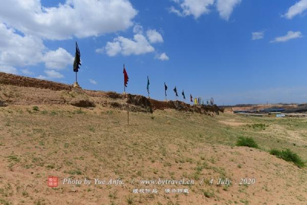 """嘉靖十年〈公元1531年〉由三边总制王琼负责,西起黄河岸横城,东至花马池改置""""深沟高垒"""",全长360里。原边墙兴武营以东弃之,于南十里增筑新墙一道,长54里,称""""头道边"""",旧墙为""""二道边""""。明长城与相邻的一些屯兵城堡构筑起抵御外族入侵的有效军事防御体系,在当时军事防御上起到很大的作用,以红山堡为例,在这里长城、屯兵城堡和藏兵洞三位一体形成可攻,可守、可躲的立体军事防御体系,这是中国古代军事防御体系中的一大创举。"""