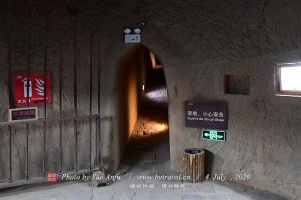 我们进入藏兵洞后,就会发现洞壁上分布着不少小龛,这都是古人放置洞灯的地方,用以在洞内照亮。在清理中,我们在小龛里不时发现一些破碎的陶器,当为油灯之属;在地上还捡到了不少明代碎片,应为明代洞内守军生活用品的残片。更重要的是我们在藏兵洞的兵器库和大厅里,可以直观古代的刀、枪、戟、佩剑、箭枝箭袋等兵器,再有头盔、盾牌等出土的军事器物。这些珍品,对许多年轻的朋友来说,大约是第一次见到吧!至于壁龛里所陈设的粮食、菜蔬类样品,都是清理藏兵洞时所得到的明代守军残留下的食物,距今已有近500年的历史,可谓稀罕文物。