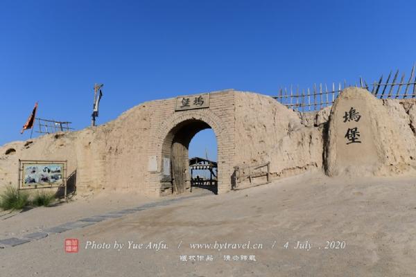 关中刀客城门是2002年由冯小刚执导拍摄的中国首部数字影片《关中刀客》中的重要场景,城门上斑驳累累的痕迹烘托出一种破败不堪,历经数百年风化、岁月沧桑的感觉。又因其外貌的自然、古朴及周边环境的原始形象再现了西北大漠的空旷视野,后又在《关西无极刀》、《汗血宝马》、《逆水寒》、《乔家大院》、《北魏冯太后》等影片中多次出现。